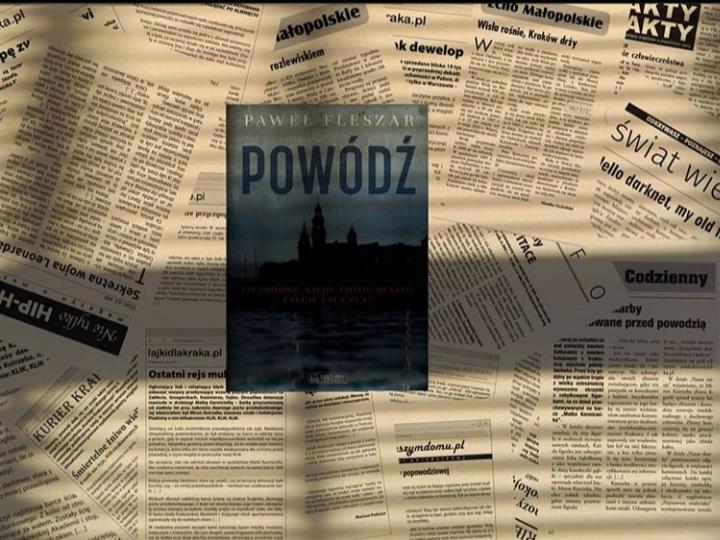Powódź Książka w cieniu, leżąca na wycinkach z gazet