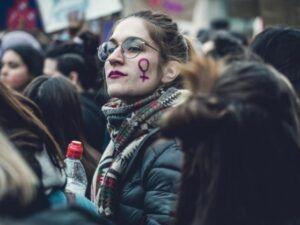 Kobieta ze znakiem protestu