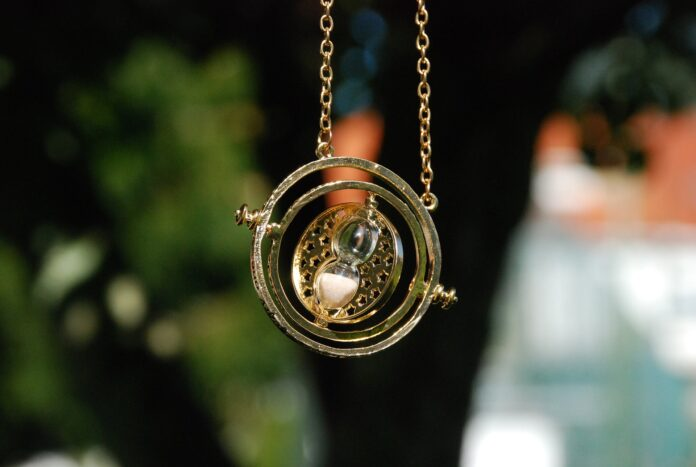 Zmieniacz czasu, przedmiot z Harry'ego Pottera, na tle drzew